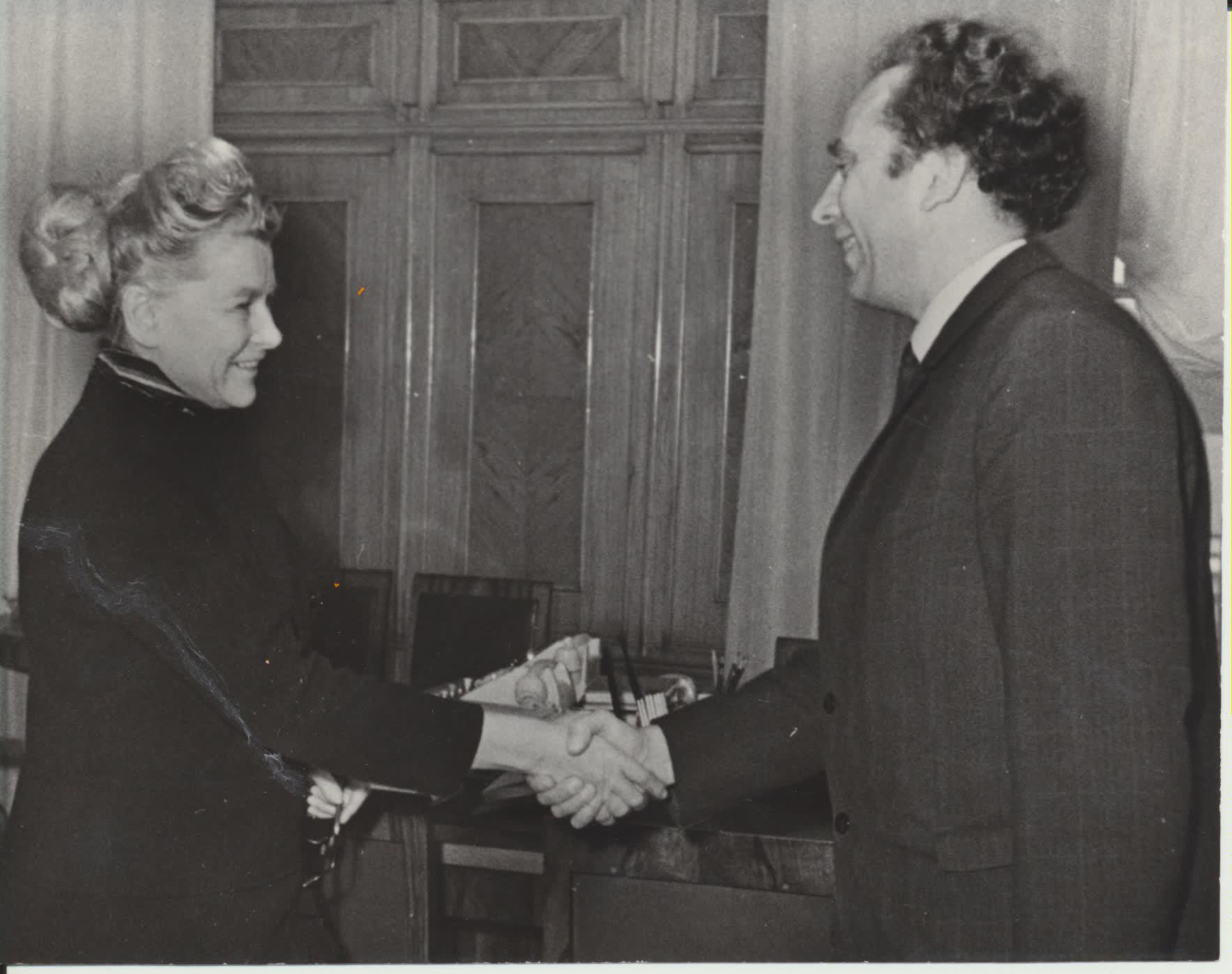 TSRS Kultūros ministrė Jekaterina Furceva įteikia V. Reimeriui Dž. Neru premiją. Maskva, apie 1968 m. N. Kočnevo nuotrauka