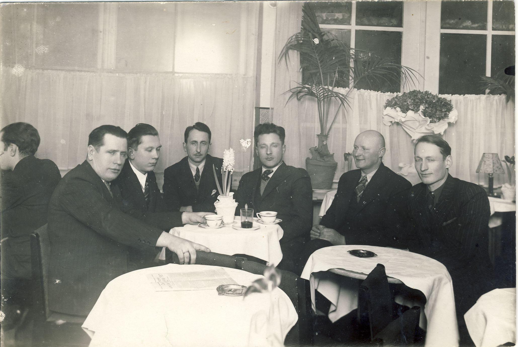 Konrado kavinėje. Kaunas. 1938 m. Iš kairės: A. Braziulis, V. Sirijos-Gira, F. Neveravičius, L. Dovydėnas, A. Kniūkšta, S. Miglinas