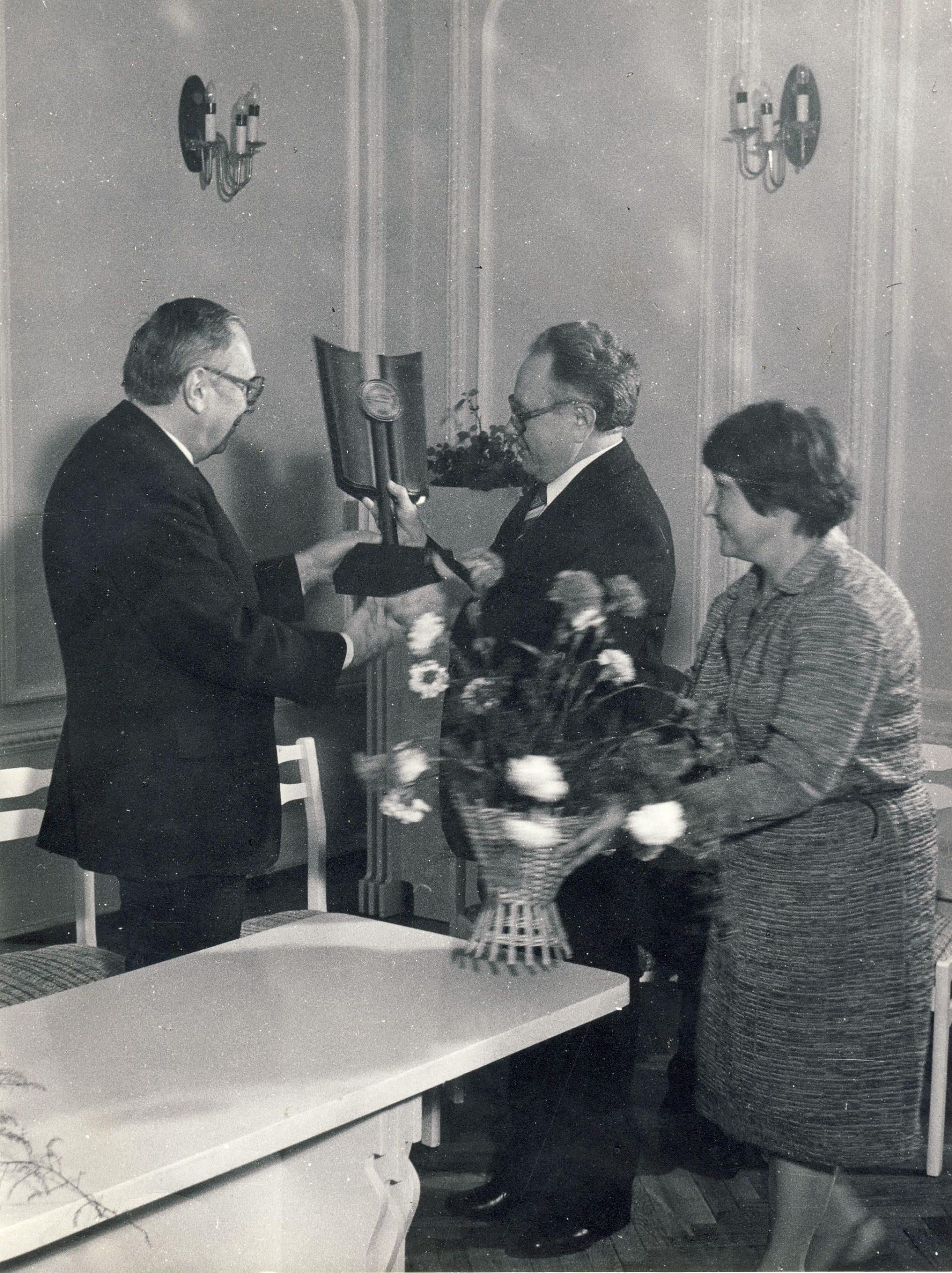 """V. Sirijos Gira (kairėje) priima prizą už populiariausią 1983 metų knygą """"Kanarėlės"""" . Kauno menininkų namai"""
