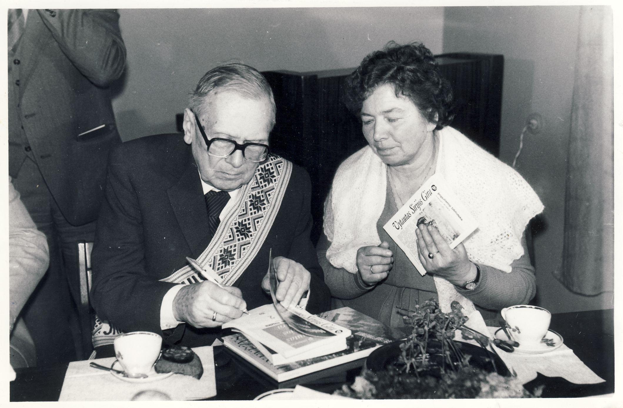 """Autografai po G. Petkevičaitės-Bitės premijos įteikimo už romaną """"Nakties muzika"""" vakaro. 1987 m."""