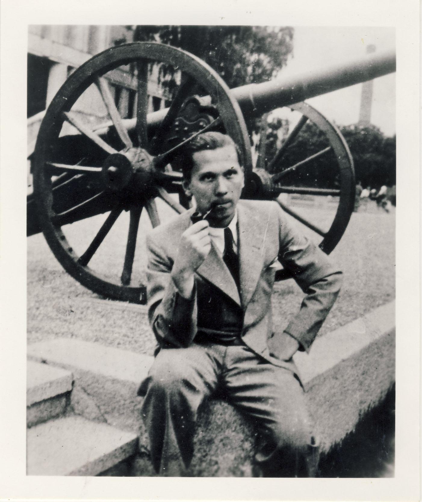 V. Sirijos Gira 1937 m. Kaune, prie Karo muziejaus