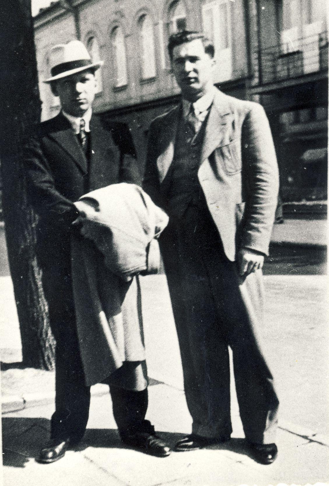 """Su """"Raudonmedžio rojaus"""" Čarlio prototipu – gimnazijos laikų bičiuliu Charles Pociumi, po karo pasitraukusiu į Kanadą. Kaunas. 1937 m."""