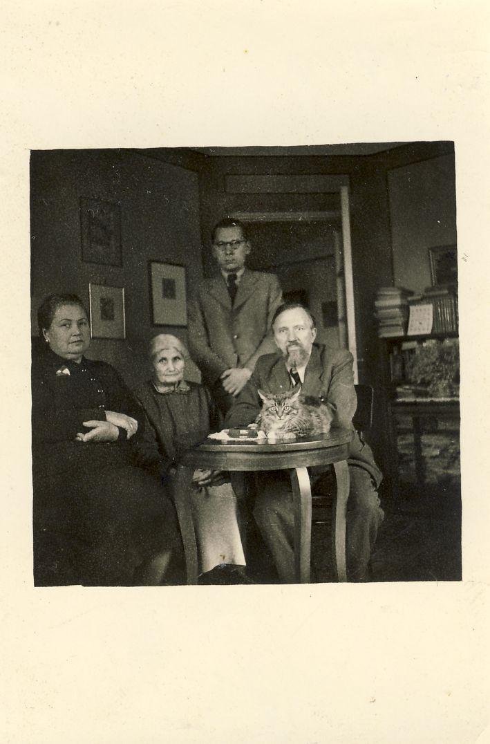 Girų namuose Kaune. 1940 m. B. Girienė, jos motina, V. Sirijos-Gira, L. Gira