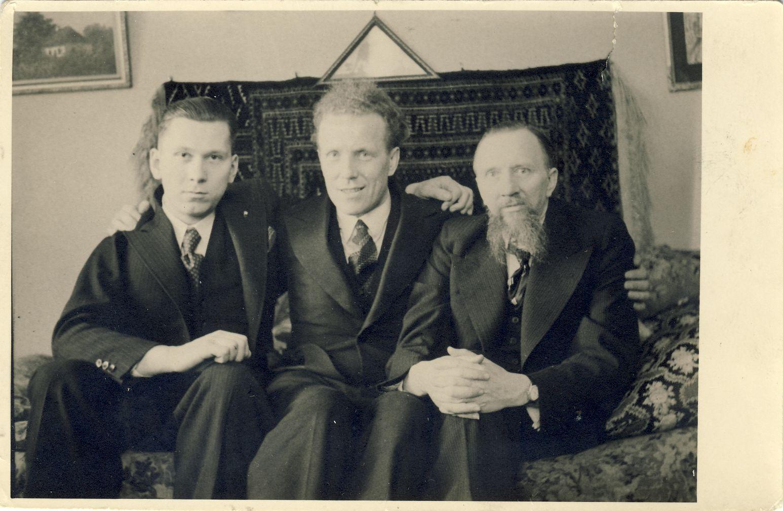 Iš kairės: V. Sirijos Gira, estų poetas Ago Joger ir Liudas Gira. Apie 1936 m.