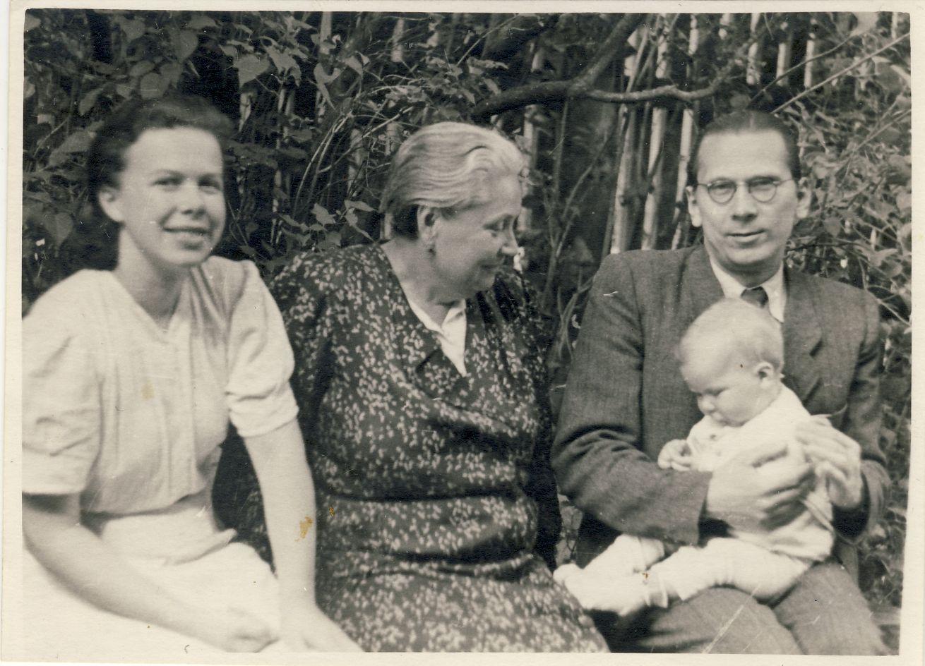 Su dukrele Danute, žmona Janina ir mama Brone. Apie 1950 m.