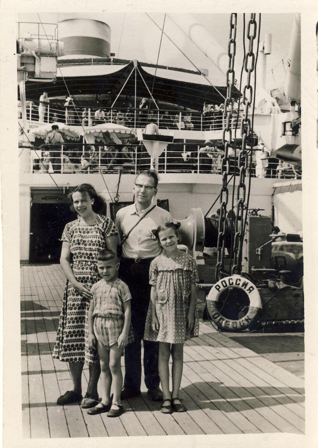 V. Sirijos Girų šeima: Janina, Vytautas, Algirdas ir Danutė. Jalta. 1957 m.