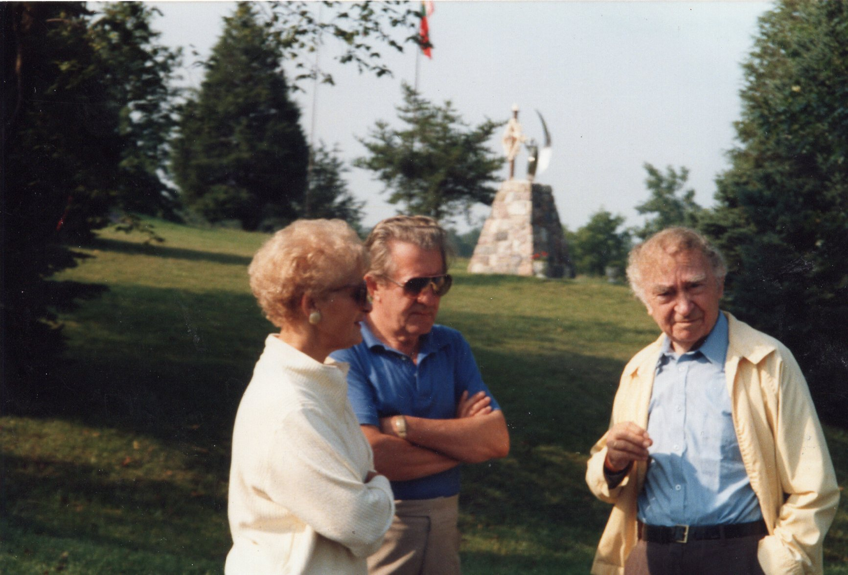B. Brazdžionis (dešinėje) ir V. Volertas su žmona Brone. JAV, apie 1990 m.