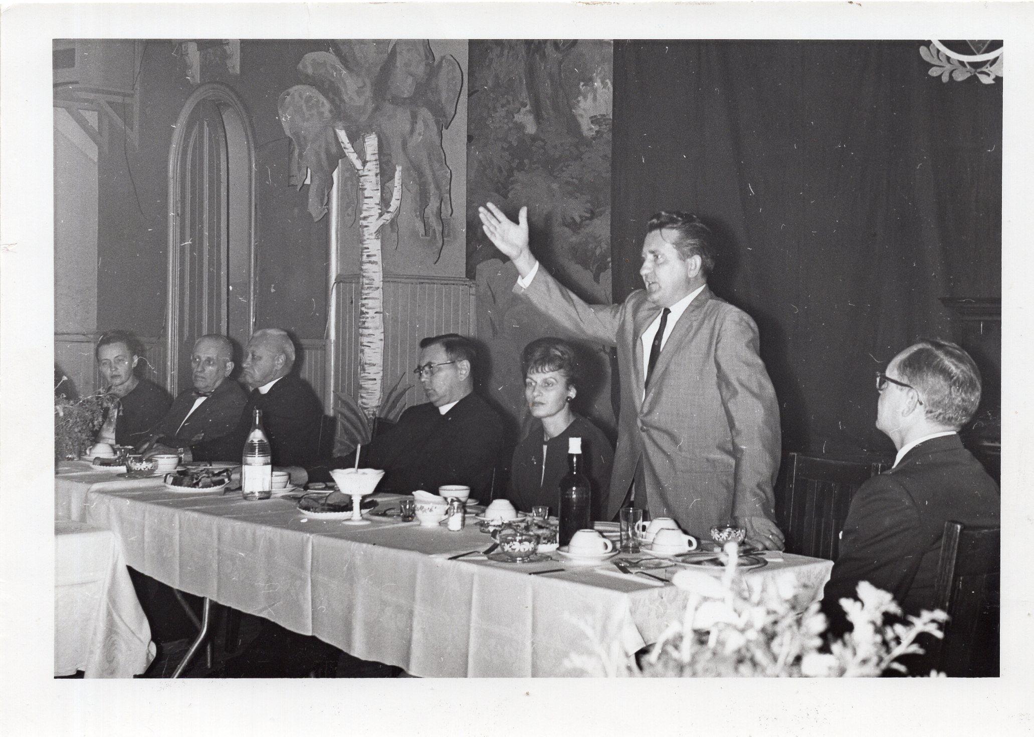 Iš kairės antras prof. A. Salys, trečias – V. Maciūnas, penkta – B. Volertienė, šeštas – V. Volertas. JAV, apie 1970 m.