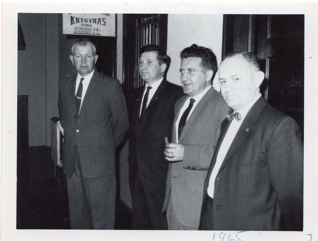 Lietuvių bendruomenės suvažiavimas Baltimorėje. Iš dešinės A. Radžius, V. Volertas, než. asmenys. 1965 m. gegužės 1 d.