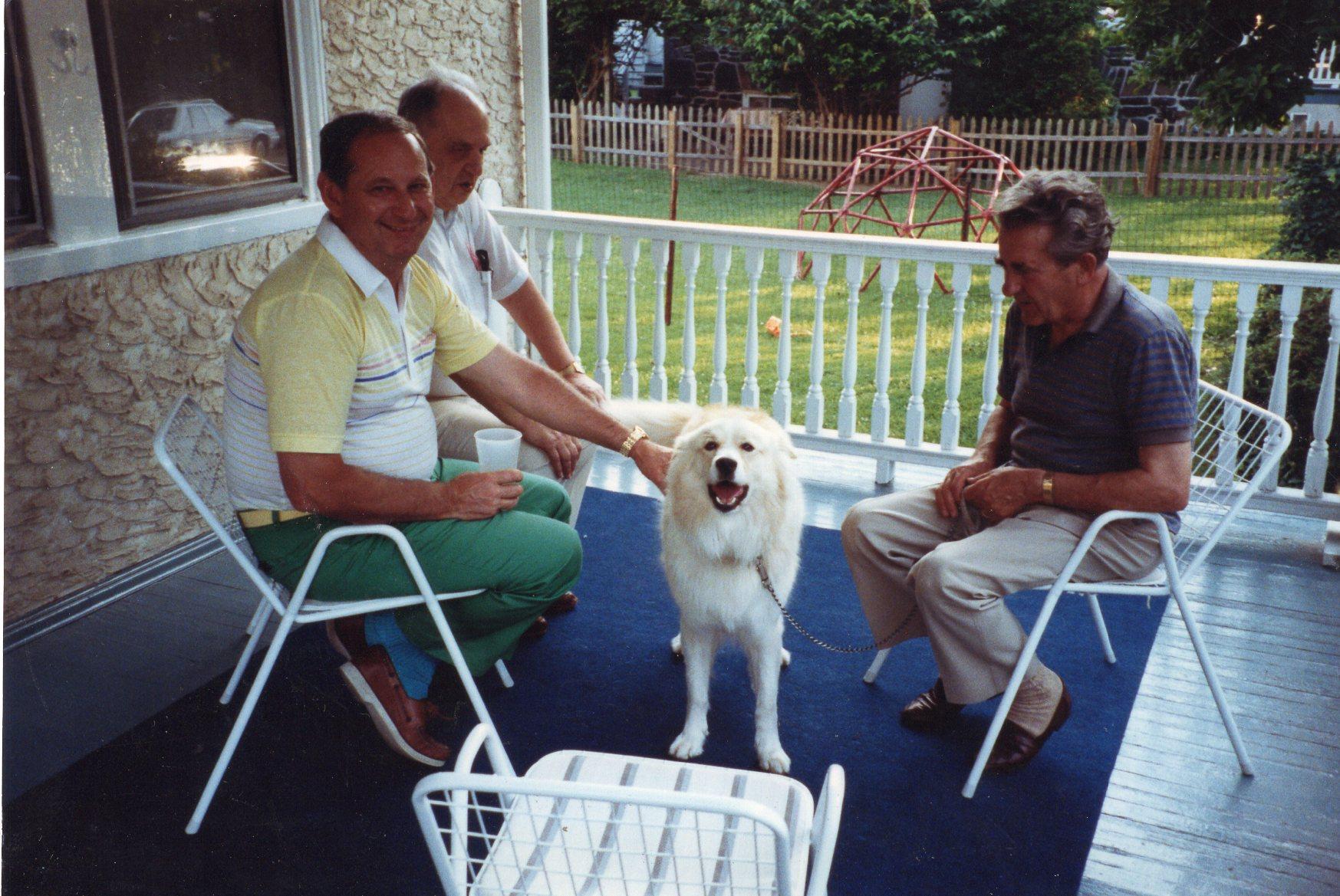 V. Volertas (dešinėje) su dviem nežinomais asmenimis ir ištikimiausiu draugu šuneliu Reksu. JAV, 1990 m.