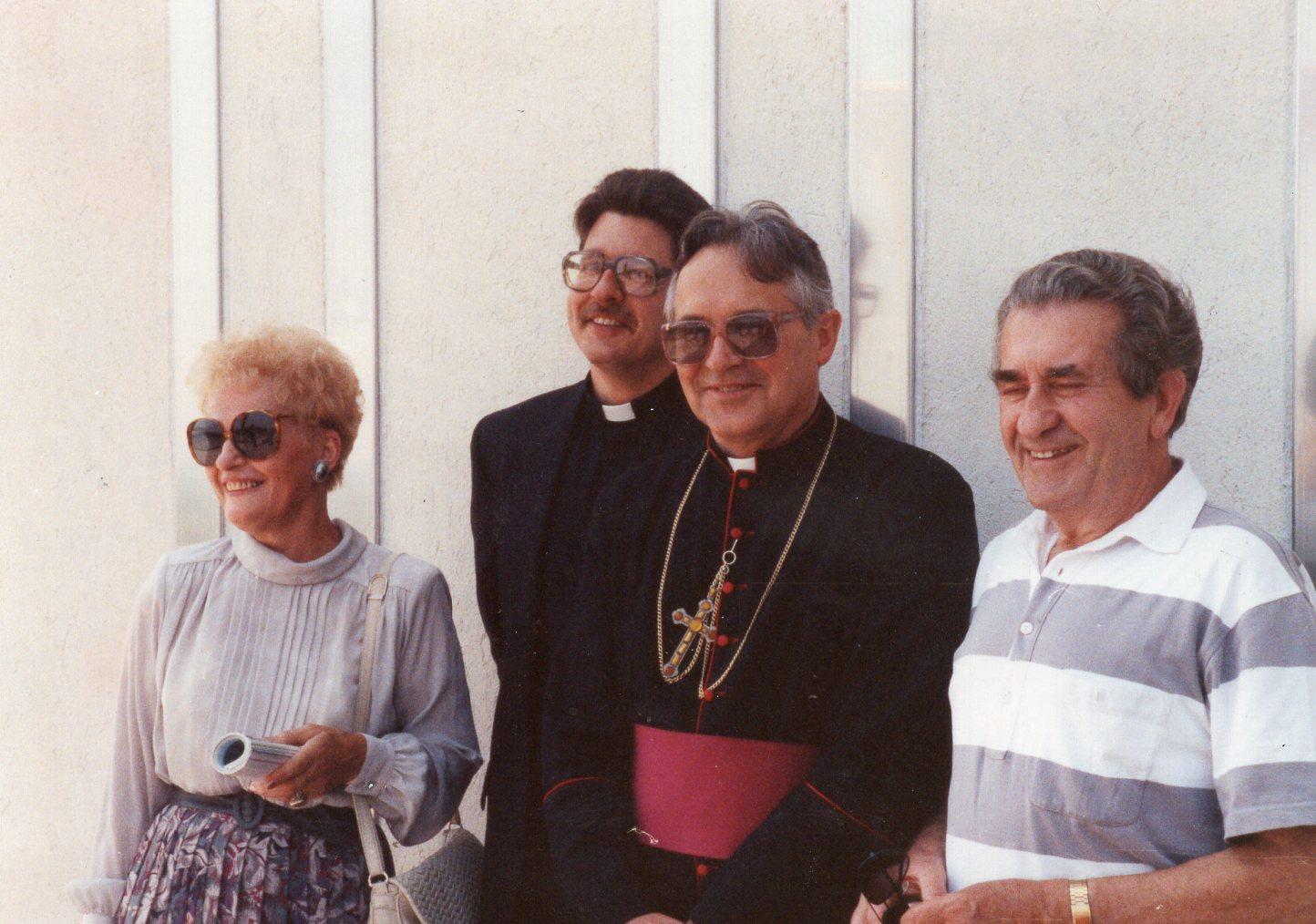 V. Volertas (dešinėje) su žmona, sūnumi ir vyskupu P. Baltakiu. JAV, 1991 m.