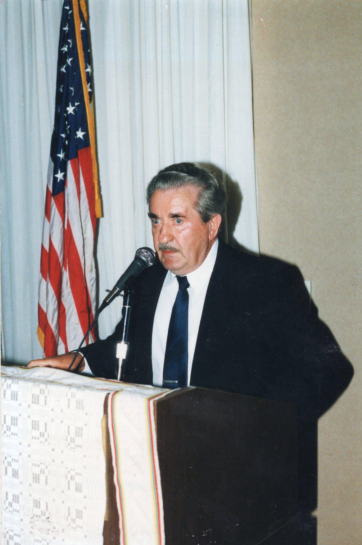 V. Volertas kalba JAV lietuvių bendruomenės tarybos suvažiavime. 1997 m. V. Kučo nuotrauka