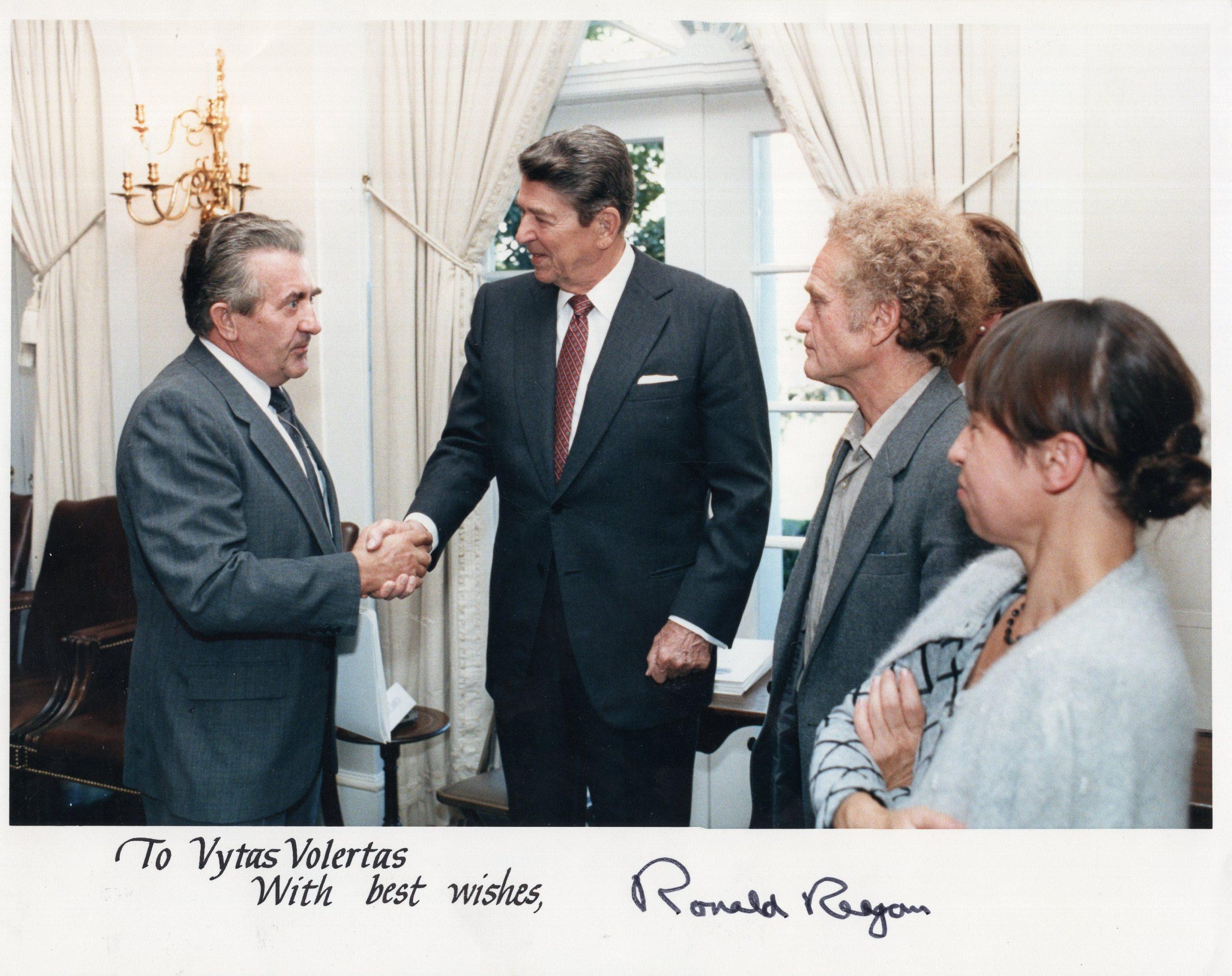 V. Volertas priėmime pas JAV prezidentą R. Reiganą Baltuosiuose rūmuose. Vašingtonas, apie 1989 m.