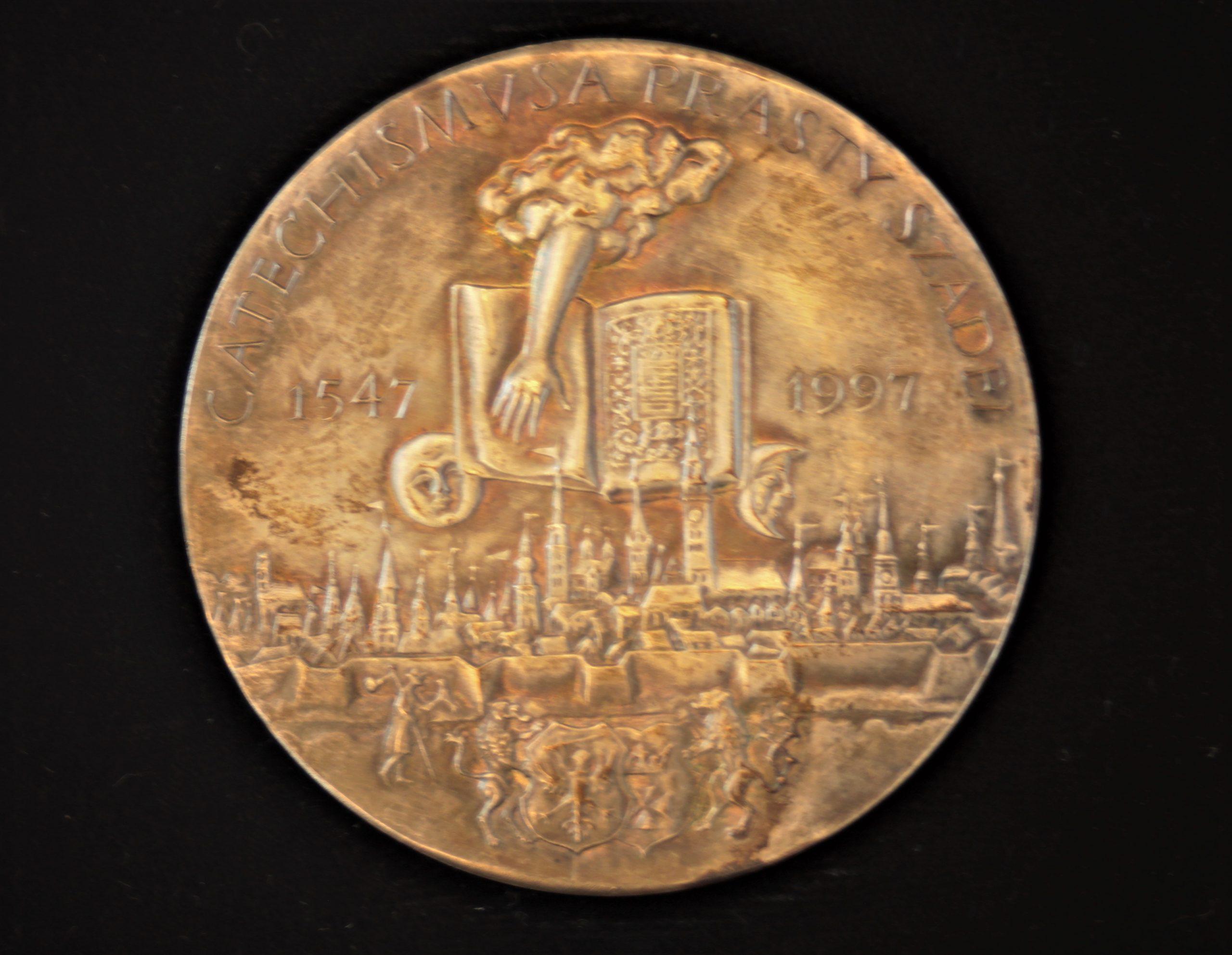 Pirmosios lietuviškos knygos 450 metų sukaktuvinis medalis. Metalas. Aversas. Dail. P. Repšys