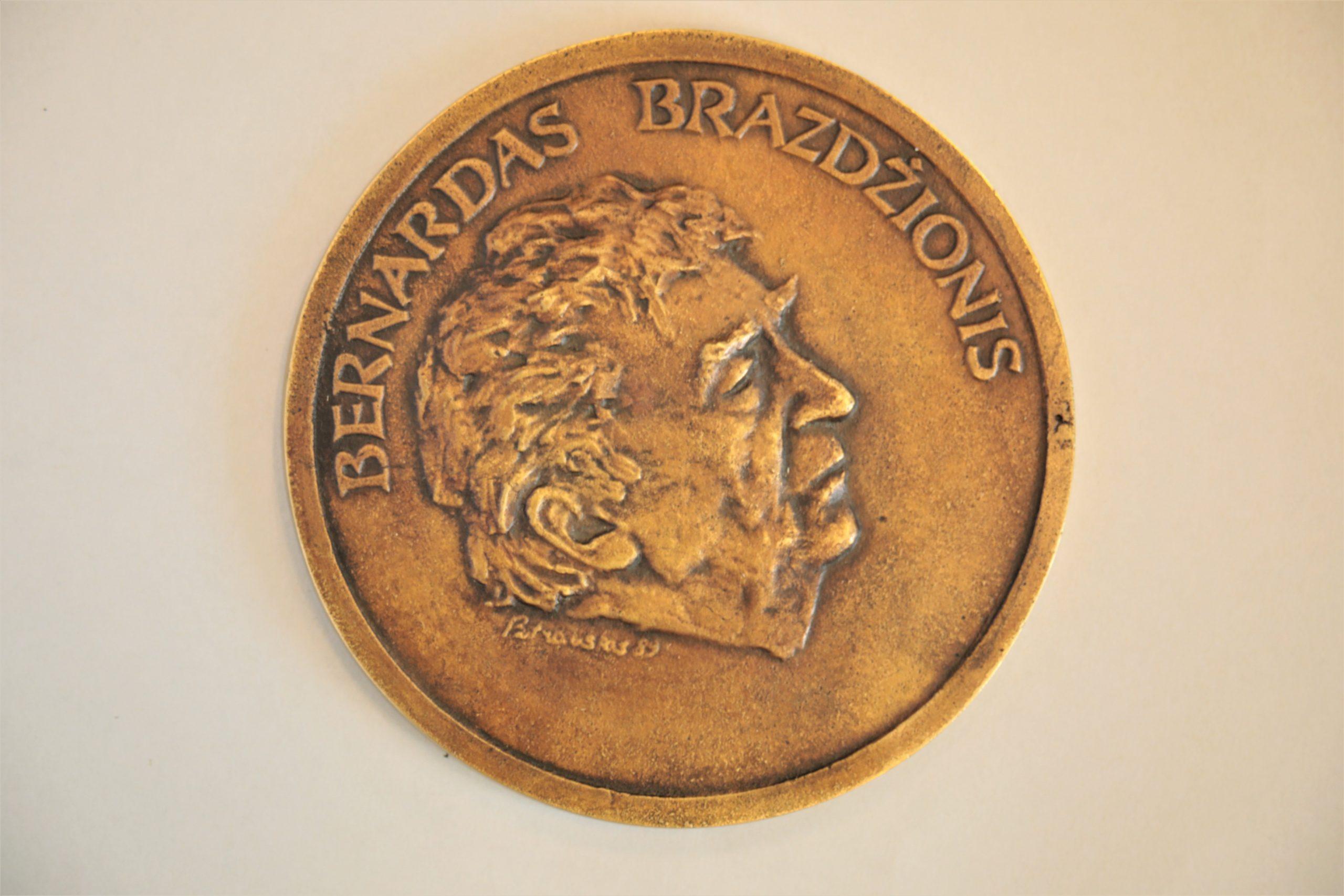 Medalis. Bernardas Brazdžionis. Metalas. Aversas. Dail. Petrauskas
