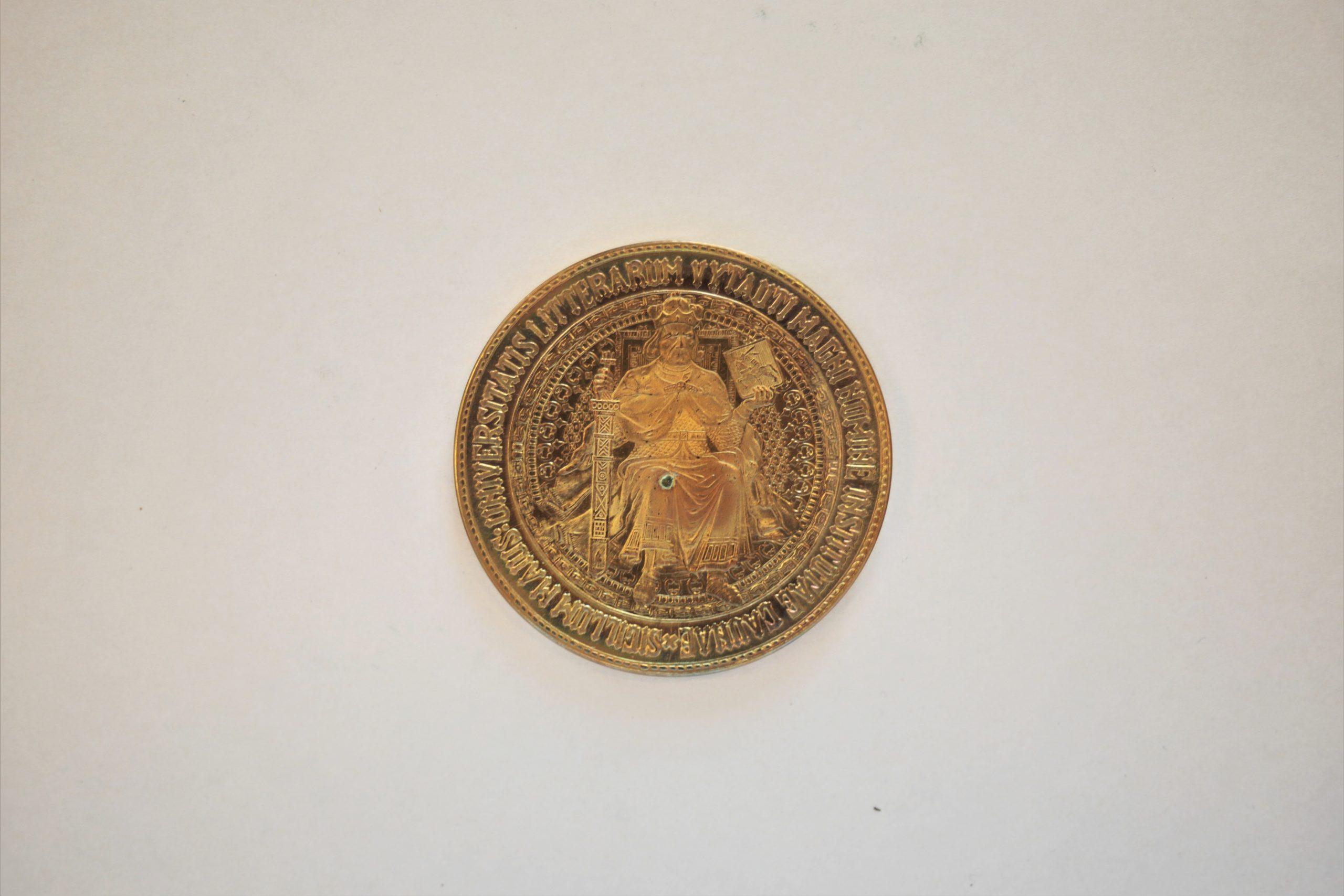 Medalis. Vytauto Didžiojo Universiteto atkūrimui. 1989 m. Geltonas metalas. Aversas. Autorius nežinomas