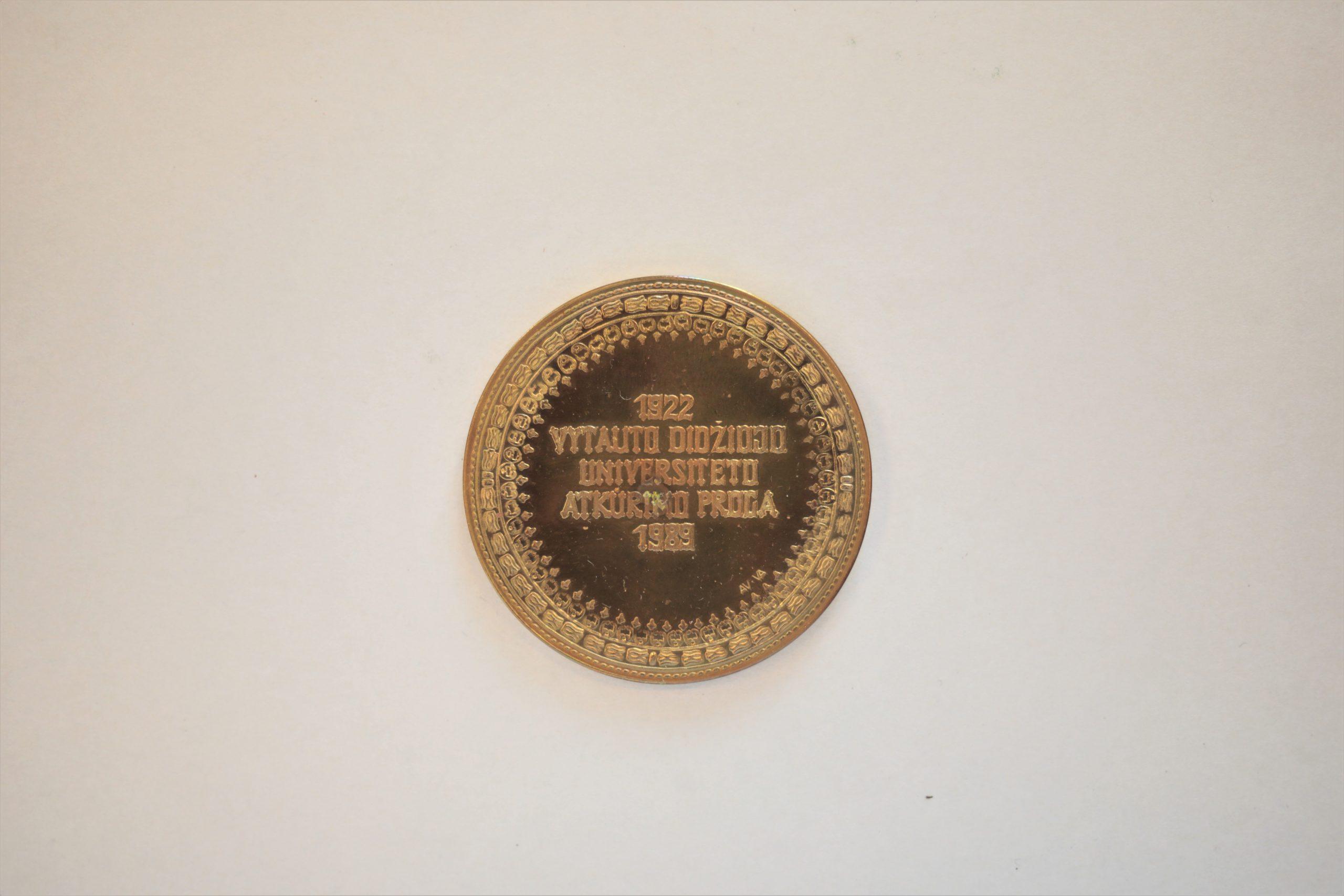 Medalis. Vytauto Didžiojo Universiteto atkūrimui. 1989 m. Geltonas metalas. Reversas. Autorius nežinomas