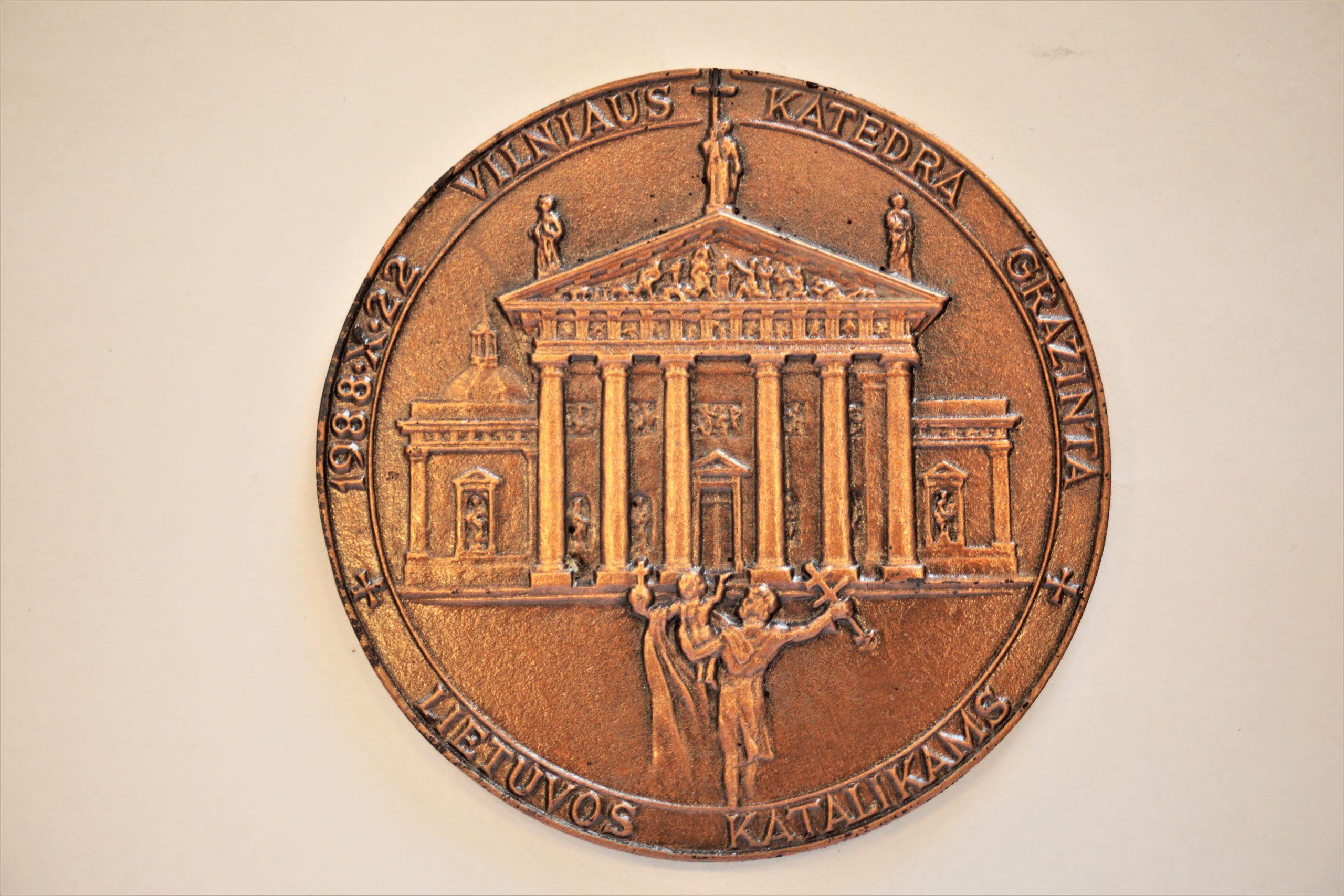 Medalis. Vilniaus Katedra grąžinta Lietuvos katalikams. Metalas. Autorius nežinomas