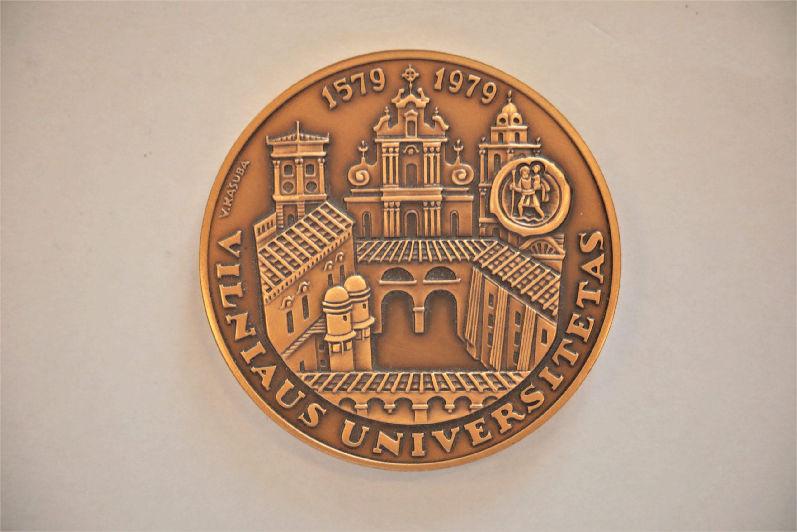 Medalis. Vilniaus universitetas. Bronza. Aversas. Dail. V. Kašuba