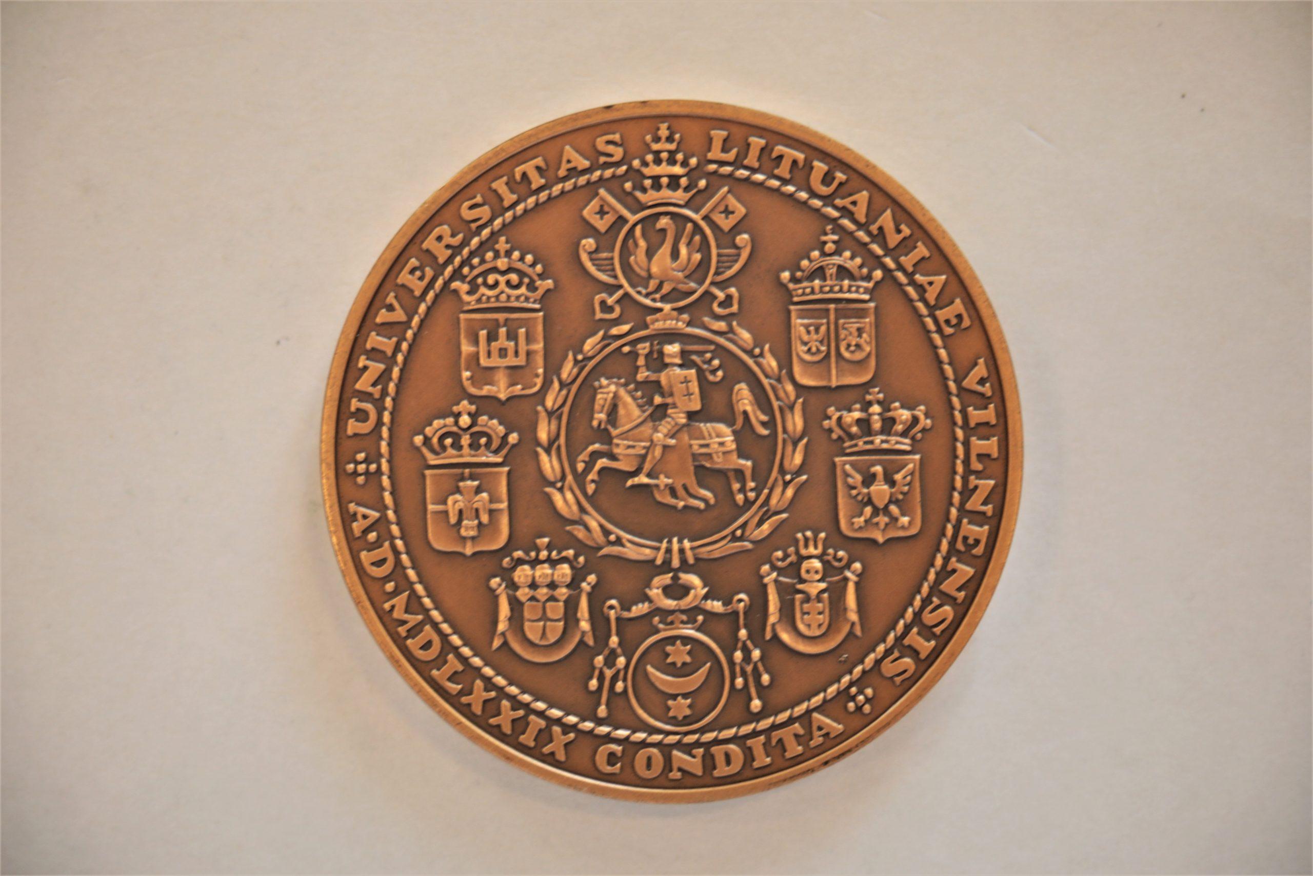 Medalis. Vilniaus universitetas. Bronza. Reversas. Dail. V. Kašuba